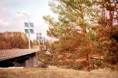 pannelli solari nel ponte della foresta e fiume in primavera ecologia fotografia stock