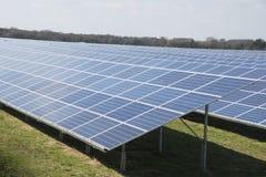 Pannelli solari in parco solare il giorno soleggiato Fotografia Stock Libera da Diritti