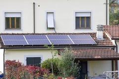 Pannelli solari sopra le mattonelle Immagine Stock