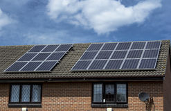 Pannelli solari su un tetto Immagini Stock