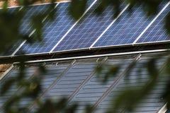 Pannelli solari su un tetto Immagini Stock Libere da Diritti