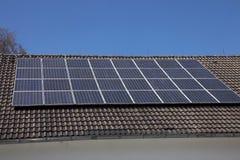 Pannelli solari su un tetto della casa Fotografie Stock Libere da Diritti