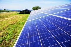 Pannelli solari sul prato inglese Fotografia Stock Libera da Diritti