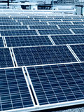 Pannelli solari sul tetto di costruzione Fotografia Stock