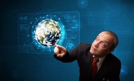 Pannello alta tecnologia commovente della terra 3d dell'uomo d'affari Fotografia Stock Libera da Diritti