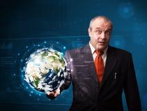 Pannello alta tecnologia commovente della terra 3d dell'uomo d'affari Fotografie Stock Libere da Diritti