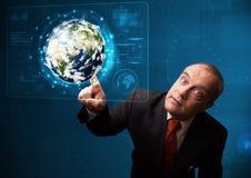 Pannello alta tecnologia commovente della terra 3d dell'uomo d'affari Immagini Stock