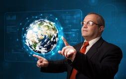 Pannello alta tecnologia commovente della terra 3d dell'uomo d'affari Fotografie Stock