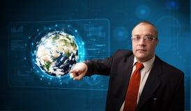 Pannello alta tecnologia commovente della terra 3d dell'uomo d'affari Immagine Stock Libera da Diritti
