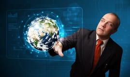Pannello alta tecnologia commovente della terra 3d dell'uomo d'affari Immagini Stock Libere da Diritti