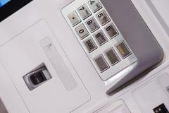 Pannello anteriore di BANCOMAT con una tastiera per entrare in una parola d'ordine, in un analizzatore dell'impronta digitale ed  Fotografie Stock Libere da Diritti