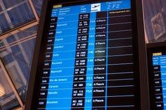 Pannello del bordo dell'aeroporto internazionale con tutti i voli Immagini Stock