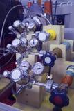 Pannello del manometro in laboratorio nucleare, blu industriale tonificato Fotografia Stock