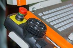 Pannello di controllo alto vicino del centro di lavorazione di CNC all'officina fotografia stock libera da diritti