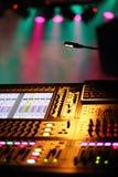 Pannello di controllo del miscelatore del DJ con il fondo di Spotlght Fotografia Stock