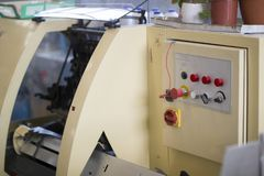 Pannello di controllo della macchina della stampa della stampa con i bottoni alla fabbrica di stampa immagine stock libera da diritti