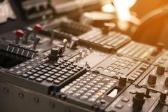 Pannello di controllo ed attrezzatura di controllo dell'aereo in cabina di pilotaggio Cabina di pilotaggio piana con molti funzio Fotografie Stock Libere da Diritti