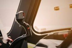 Pannello di controllo ed attrezzatura di controllo dell'aereo in cabina di pilotaggio Cabina di pilotaggio piana con molti funzio Immagine Stock