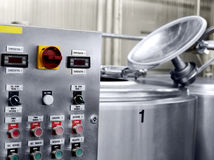 Pannello di controllo elettronico sulla centrale del latte immagini stock