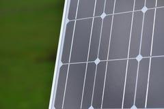 Pannello di energia solare per energia verde contro il campo verde Fotografie Stock