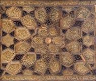 Pannello di stile di Ayyubid con le decorazioni di legno unite e scolpite dei modelli geometrici e floreali Fotografie Stock Libere da Diritti