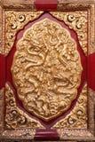 Pannello dorato che mostra i mostri del serpente alla Città proibita, Pechino Fotografie Stock