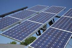 Pannello e cielo blu di energia solare dell'energia pulita Fotografie Stock Libere da Diritti