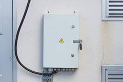 Pannello elettrico sulla parete grigia immagine stock
