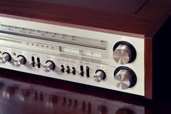 Pannello frontale brillante del retro radioricevitore stereo analogico d'annata Fotografia Stock