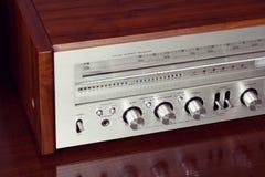 Pannello frontale brillante del retro radioricevitore stereo analogico d'annata Fotografia Stock Libera da Diritti
