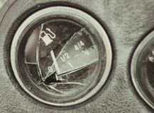 Pannello rotto dell'automobile, il puntatore del calibro di combustibile a zero fotografia stock
