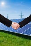 Pannello solare contro le torri ad alta tensione Immagini Stock Libere da Diritti