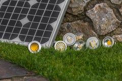 Pannello solare e varie lampadine E27, bul del LED, dell'alogeno e del tungsteno Fotografia Stock Libera da Diritti