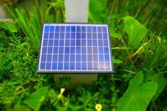 Pannello solare in giardino verde Fotografie Stock Libere da Diritti