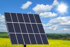 Pannello solare sul giacimento del seme di ravizzone Fotografia Stock Libera da Diritti