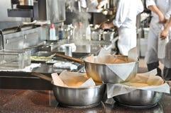 Pannen in een keuken stock foto