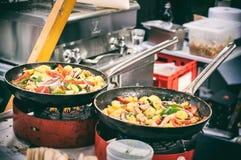 Pannen van oosters voedsel bij open voedselmarkt in Ljubljana, Slovenië Stock Afbeelding