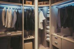 Panni in bianco e nero che appendono nel guardaroba di legno a casa fotografia stock