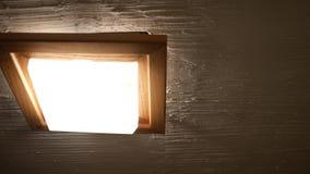 Panning aan het licht van de badkamersventilator in rustieke badkamers stock footage