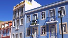 Panning colourful fasada budynki w Cacilhas, Almada, Portugalia na pogodnym letnim dniu zbiory wideo