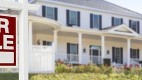 Panning Huis voor het Teken en het Huis van Verkoopreal estate stock footage