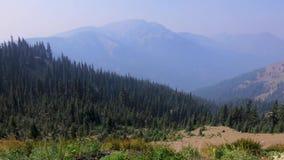 Panning langs de olympische bergketen in de staat van Washington op winderige dag stock videobeelden
