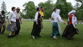 Panning mężczyzna muzyka sztuki akordeon i ludzie tanczymy w parach zdjęcie wideo
