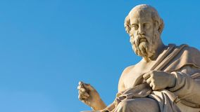 Panning mening van het standbeeld van de Griekse filosoof Plato stock videobeelden