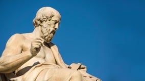 Panning mening van het standbeeld van de Griekse filosoof Plato stock video