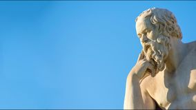 Panning mening van het standbeeld van de Griekse filosoof Socrates stock footage