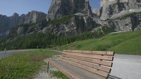Panning mening van Sass Ciampac Ciampatsch met een voorgrond van europaeus van Trollius van globeflowerwildflowers in het Dolomie stock videobeelden