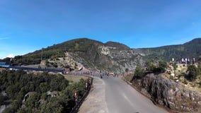 Panning mening van weg in de kant van de krater van Tangkuban Perahu, stock video