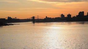 Panning miasta linia horyzontu wzdłuż rzeki przy zmierzchem zbiory