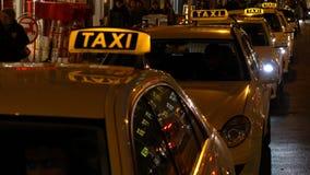 Panning nachtvideo van taxis en mensen in Rosenthaler Strasse, Berlijn, Duitsland stock footage